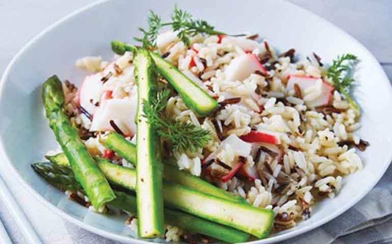 ensalada-tibia-de-arroz-salvaje-con-surimi