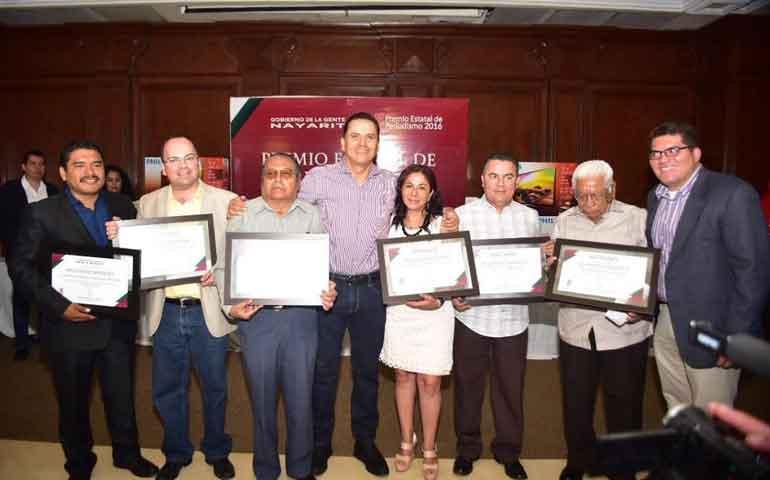 entrega-roberto-premio-estatal-de-periodismo-2016
