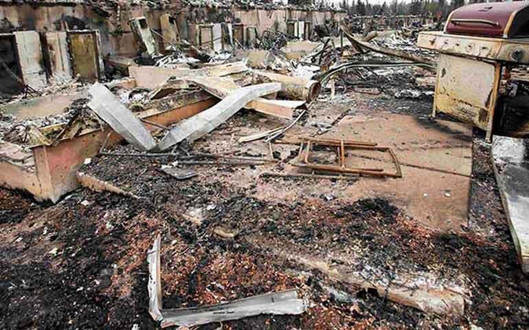 masivo-incendio-destruyo-10-de-ciudad-en-canada