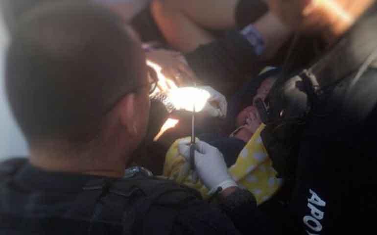mujer-da-a-luz-en-camioneta-en-guadalajara-policias-la-auxilian