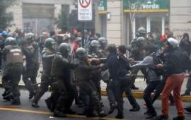 se-enfrentan-estudiantes-y-policias-en-chile-luego-de-protesta