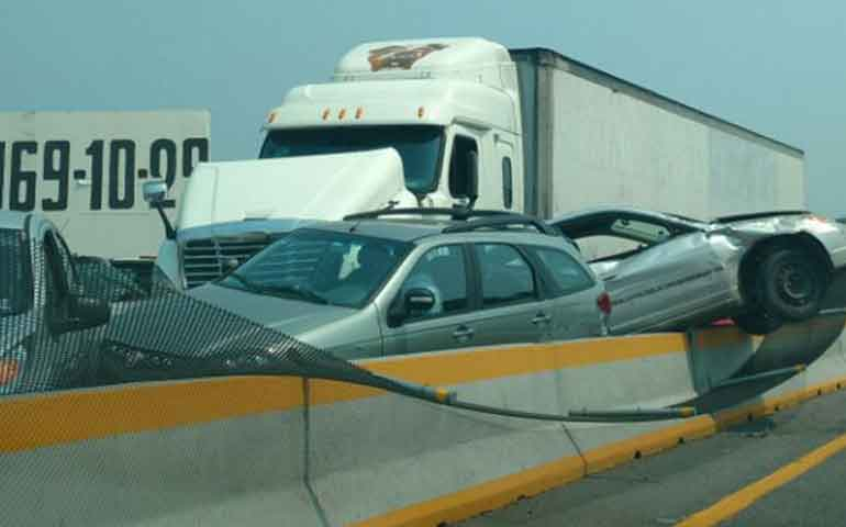 trailer-embiste-a-9-vehiculos-en-la-mexico-acapulco