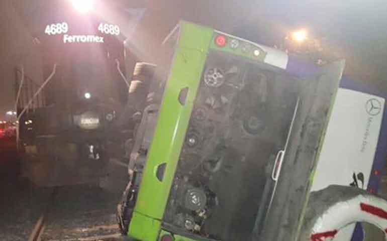tren-embiste-camion-de-pasajeros-en-nl-mueren-2-personas