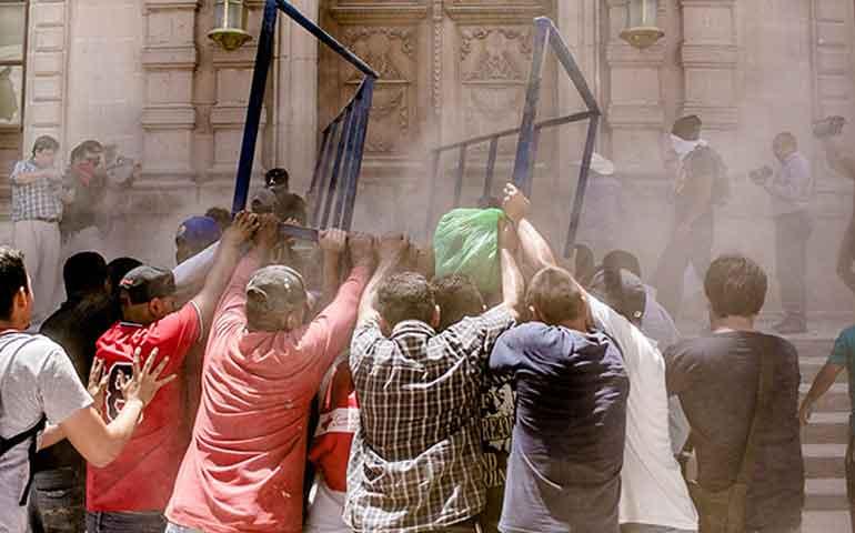 arremeten-manifestantes-contra-palacio-de-gobierno-de-chihuahua