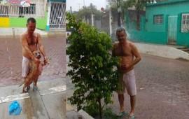 alcalde-de-huajicori-se-quita-la-ropa-y-bana-con-su-perro-bajo-la-lluvia