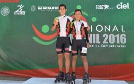 doble-medalla-en-patines-sobre-ruedas