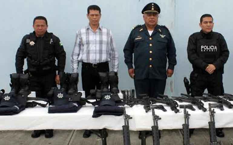 fiscalia-dota-de-uniformes-y-armamento-a-policias-del-mando-unico-en-xalisco