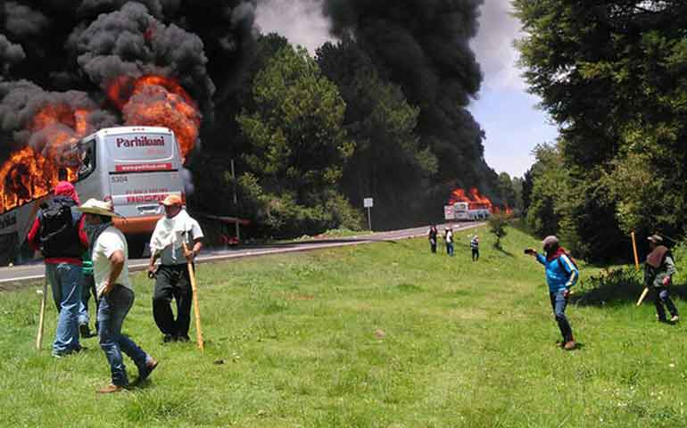 incendian-autobuses-de-pasajeros-en-michoacan