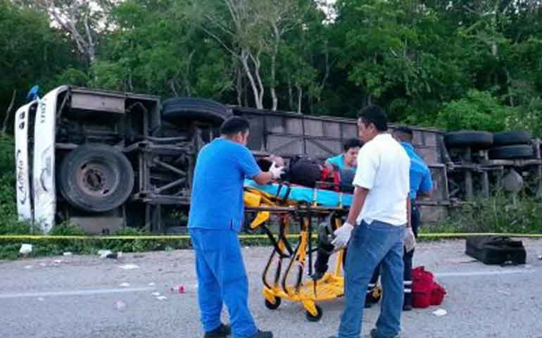 suman-12-muertos-tras-volcadura-de-autobus-en-quintana-roo