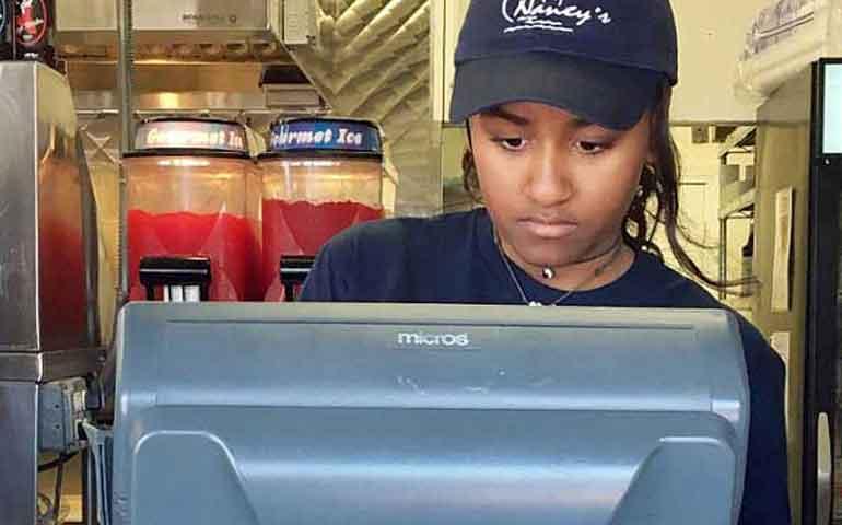 hija-de-obama-trabaja-en-un-restaurante-de-mariscos