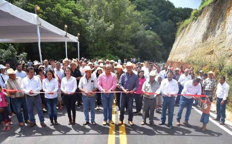 inaugura-roberto-vialidad-y-lleva-servicios-publicos-a-comunidades-rurales-de-xalisco