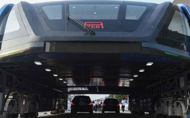 nuevo-autobus-chino-teb-1-pasa-encima-del-trafico
