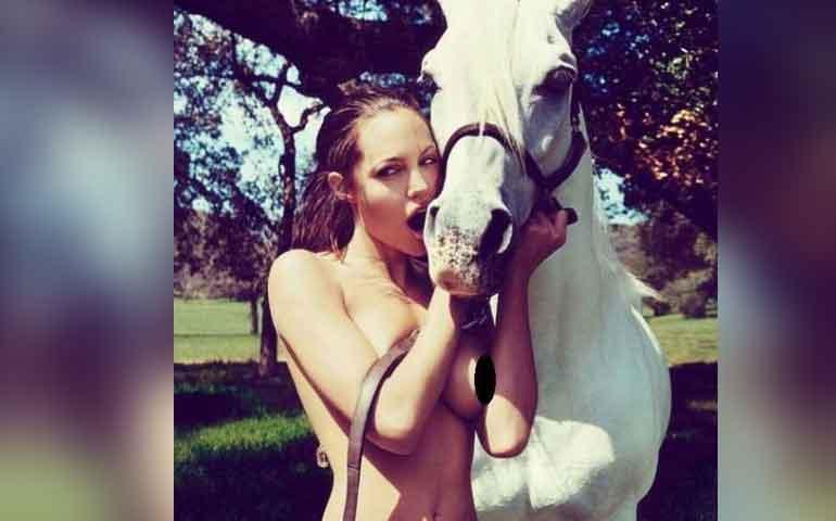 publican-foto-desnuda-de-angelina-jolie