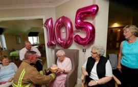 una-anciana-pide-un-bombero-tatuado-para-su-105-cumpleanos1