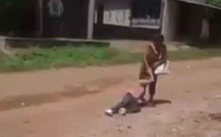 arrastra-a-su-hija-con-discapacidad-en-calles-de-ruiz