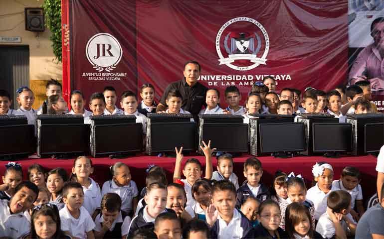 jorge-richardi-dono-computadoras-a-favor-de-la-tecnologia-en-la-educacion-de-jovenes-nayaritas14