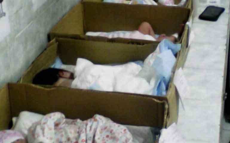 recien-nacidos-duermen-en-cajas-de-carton-en-venezuela