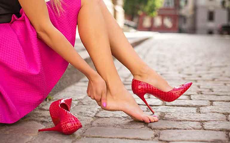 5 tips que pueden ayudarle a recuperar la suavidad a la piel de tus talones, en voz de un experto Más allá de lo estético, tener talones resecos puede derivar en una formación de grietas, las cuales a su vez llegan a convertirse en infecciones y úlceras en los pies. Para evitarlo, el Dr. Lawrence E. Gibson, Dermatólogo de Mayo Clinic nos da las causas de la resequedad y algunos remedios que puedes aplicar en casa: ¿Por qué se forma la resequedad en los talones? Los talones resecos y agrietados normalmente aparecen cuando se seca y engrosa la piel alrededor del borde del talón, esto provoca que exista mayor presión sobre la almohadilla adiposa bajo del talón y derive en grietas en la piel. A fin de evitarlo, hay que humectar con frecuencia. Los humectantes crean un sello sobre la piel que impide tanto que se escape el agua como que la piel se seque. Remedios caseros para talones resecos y agrietados: 1. Humectante Intenta untar en los talones un humectante espeso varias veces al día. Puede ser desde sábila, hasta otros humectantes con sustancias queratolíticas como la urea, el ácido salicílico y el ácido alfa hidróxido, que si bien ayudan a suavizar y exfoliar la piel, también pueden provocar ligero ardor o irritación. 2. Remoja los pies un rato Remojar los pies en agua tibia, sea pura o jabonosa, durante alrededor de 20 minutos puede resultar útil. Después de hacerlo, se recomienda usar una esponja vegetal o un estropajo para pies y luego cubrir los talones con un ungüento a base de vaselina. 3. Antes de acostarte Es importante aplicar un humectante a base de vaselina en los talones antes de acostarse, pero como quizás se sienta un poco grasoso, se pueden usar un par de medias en los pies humectados para no dejar escapar la humedad durante la noche. 4. Cambia tus zapatos Usar zapatos de protección y perder el exceso de peso también puede servir para aliviar la presión sobre los pies. 5. Si lo anterior falla En caso que estas medidas no fueran suficientes o los talon