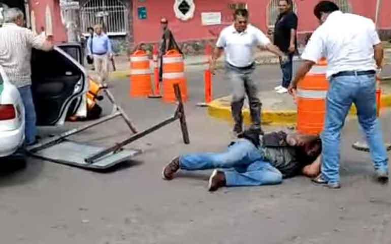 tras-golpiza-a-motociclista-quitan-permiso-a-taxistas-en-mazatlan