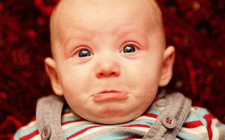 """¿Te imaginas un gadget que ayude a descifrar el llanto del bebé? Por lo regular, cuando llora un bebé los padres tienen la capacidad (o callo) de identificar si tiene hambre, sueño, frío, cólicos, el pañal está mojado, hace berrinche o le duele algo. Es una habilidad que se desarrolla con la intuición, una especie de sexto sentido. Pero... ¿te imaginas un gadget capaz de evaluar si detrás del llanto hay alguna patología? Medidor de bolsillo Es eso precisamente lo que el doctor Stephen Sheinkopf, psiquiatra de la Brown University, ha desarrollado. El dispositivo permite identificar desórdenes neurológicos o fisiológicos a través de dos etapas. En la primera, se descompone el llanto en secuencias de 12 milisegundos las cuales son analizadas por frecuencia, tono y volumen. En la segunda fase se reduce el número de parámetros, considerando los momentos de grito y pausas. El programita procesa los datos y define las características del llanto. De esta manera sería posible encontrar problemas de salud o de desarrollo. Detecta enfermedades Según el Dr Sheinkopf, existe relación entre un llanto similar al de un gato y el síndrome de Down. """"Muchas condiciones de salud pueden manifestarse a través de la acústica del grito del niño, pero a veces son imperceptibles para el oído humano"""", dijo. La herramienta de análisis de llanto también podría servir para encontrar características del grito que puedan estar relacionadas con el autismo. De igual forma sería un eficaz método para bebés con trauma de nacimiento o lesiones cerebrales a causa del embarazo o el parto, pues sería ua medición no invasiva en los sistemas neurobiológicos y neuroconductores. Los bebés hablan con el llanto El llanto es la primera forma de comunicación con tu bebé. Más allá de cualquier aparato, es importante que aprendas a conocer a tu chiquito. Estos son algunos motivos de llanto: - Hambre: Llora de forma persistente, se calma cuando está satisfecho. - Dolor: El llanto es agudo, como un grito con interval"""