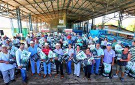 entrega-jose-gomez-semilla-de-maiz-a-agricultores-de-bahia-de-banderas