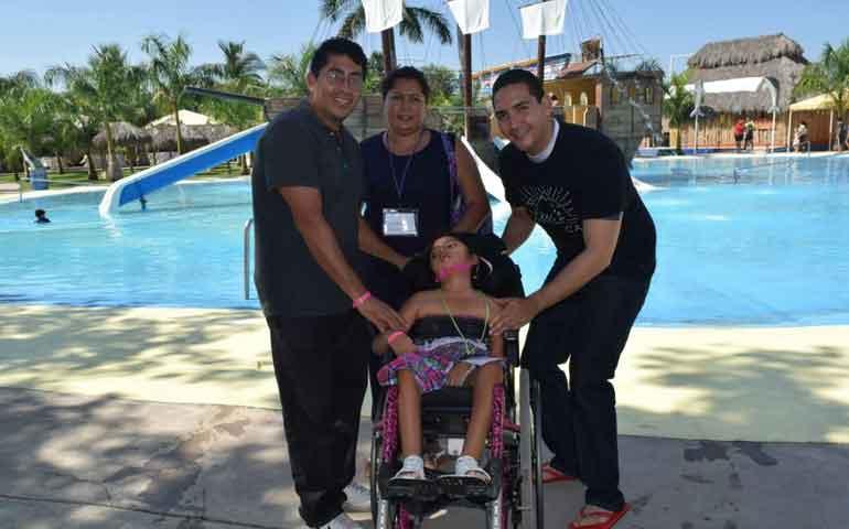 hector-santana-gestiona-delfinoterapia-para-ninos