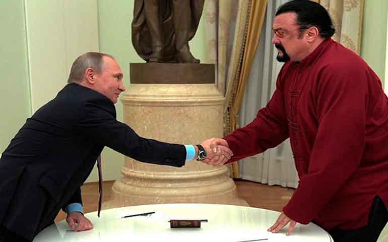 putin-entrega-el-pasaporte-ruso-a-steven-seagal1