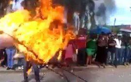 acrobata-se-incendia-con-aro-de-fuego-durante-desfile-en-ruiz