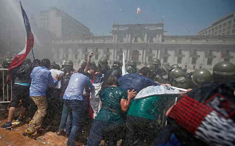 chocan-antimotines-y-trabajadores-publicos-en-chile