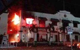 pobladores-incendian-palacio-municipal-de-catemaco-veracruz