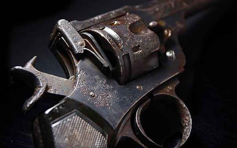 policia-limpia-arma-se-le-escapa-un-tiro-y-mata-a-companero