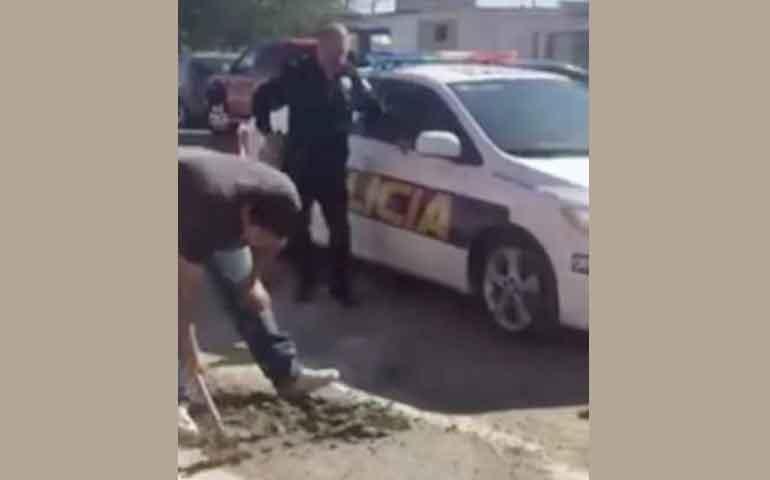policias-multan-a-hombre-por-tapar-bache-lo-obligan-a-destaparlo