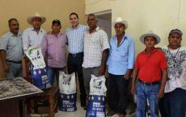 hector-santana-beneficia-con-semillas-de-maiz-a-ejidatarios