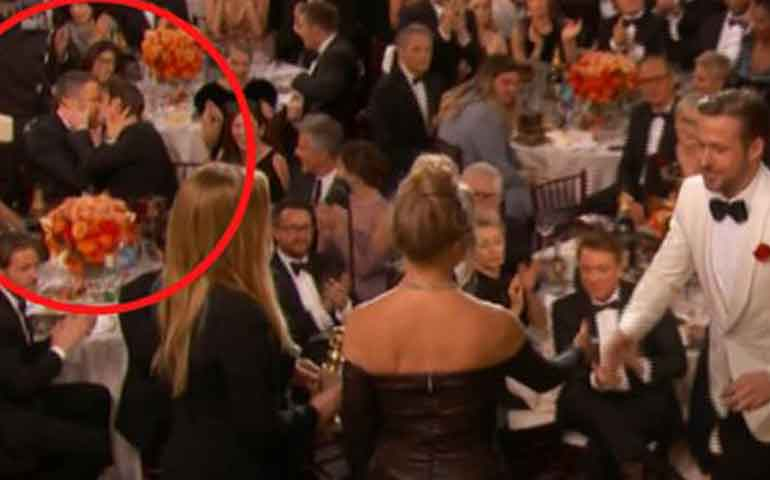 video-el-polemico-beso-entre-ryan-reynolds-y-andrew-garfield