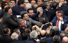 debate-acaba-en-golpiza-en-el-parlamento-turco