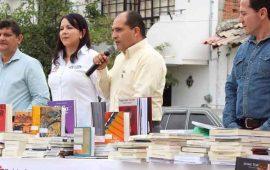 entrega-jose-gomez-mil-600-libros-a-bibliotecas-de-san-jose-y-san-juan-de-abajo