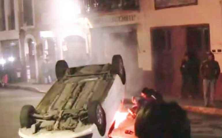 queman-autos-y-saquean-tienda-por-un-operativo