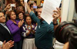 tonito-entrega-firmas-que-respaldan-iniciativa-todos-con-empleo