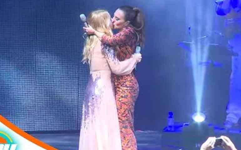 marta-sanchez-y-monica-naranjo-protagonizan-sexy-beso-lesbico-en-concierto
