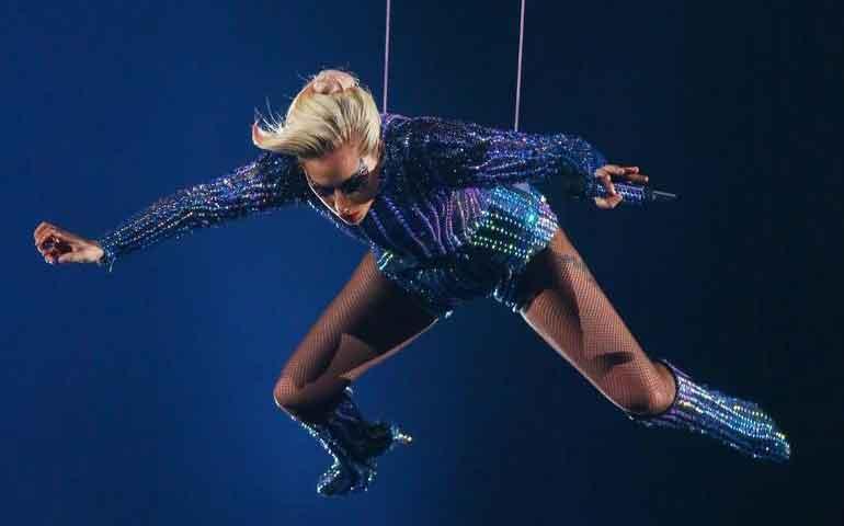 video-lady-gaga-nunca-salto-del-techo-en-el-super-bowl-li