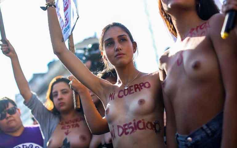 mujeres-protestan-topless-en-argentina