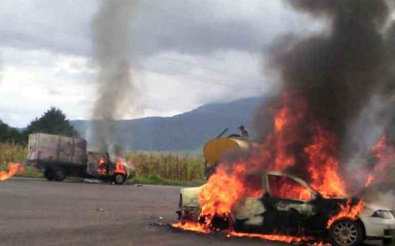 normalistas-secuestran-y-queman-vehiculos-en-michoacan