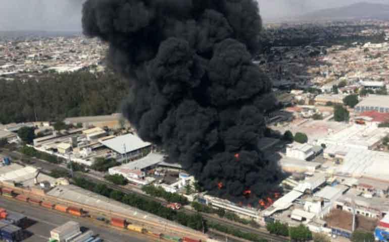 se-incendia-fabrica-de-pinturas-en-guadalajara-existe-riesgo-de-explosiones-en-la-zona