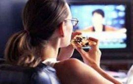 ¿Cuáles-son-las-consecuencias-de-comer-frente-al-televisor--