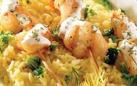 Arroz con brócoli, brochetas de pescado y su salsa