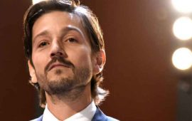 Diego Luna explota contra aerolínea en redes sociales