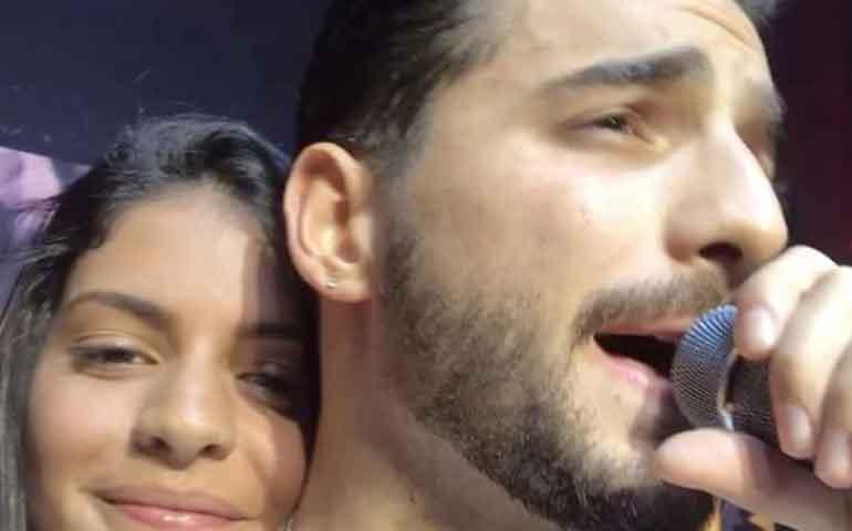 Maluma besa en la boca a una fan en show de Miami