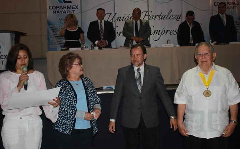 Recibe-Medalla-al-Mérito-Empresarial-de-Coparmex-Esteban-González-Garza1