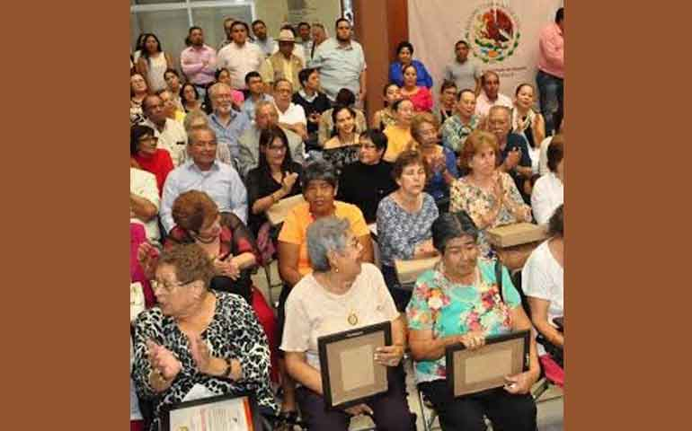 reconocen-diputados-a-ex-obreras-de-bellavista