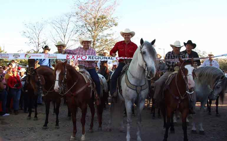 roberto-inaugura-expo-regional-ganadera-de-bahia-de-banderas-recorrio-comunidades